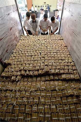 10 nhân viên đã dành thời gian kiểm đếm số tiền xu lên đến hàng ngàn cọc này