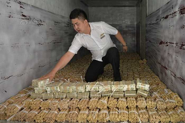 Số tiền xu được chở đến bằng xe tải và có thể chồng thành khối dài khoảng 4m