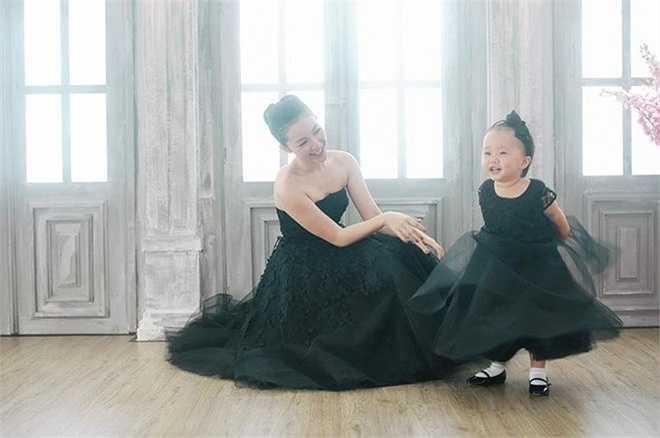 Linh Nga và con gái Luna: Bé Luna chỉ mới 3 tuổi nhưng có phong cách thời trang rất ấn tượng và sành điệu. Cô bé thường được mẹ Linh Nga chọn cho những trang phục mang đậm phong cách tiểu thư, điệu đà.