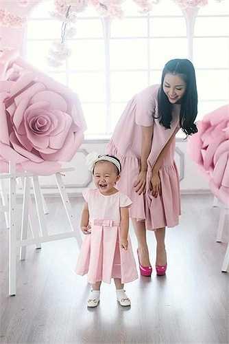 Gây ấn tượng bởi phong cách thời trang sang trọng, đẳng cấp, những lần Linh Nga diện đồ đôi cùng con gái luôn nhận được sự chú ý, quan tâm của mọi người.