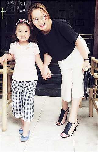 Thu Phượng và bé Zon: Thu Phượng ngày càng trẻ trung và rạng rỡ hơn rất nhiều. Cô gây được ấn tượng bởi phong cách thời trang đơn giản, hiện đại. Bé Zon đáng yêu cũng được mẹ khá chăm chút và quan tâm đến ngoại hình.