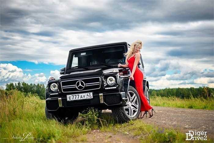 Trong bộ ảnh mới được giới thiệu tháng 7/2015, người mẫu trẻ mới 18 tuổi người Nga được tạo hình với chiếc xe màu đen hầm hố.