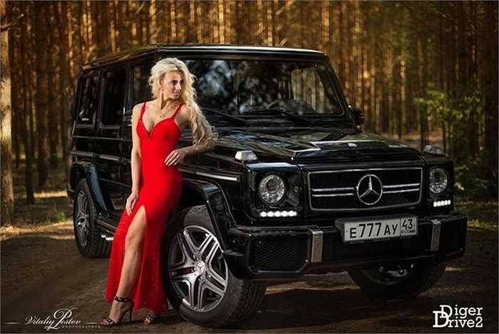 Ý tưởng người đẹp cạnh chiếc xe giàu sức mạnh cơ bắp với tông màu đen đỏ nổi bật, thể hiện ý tưởng cái đẹp và sự dũng mãnh luôn song hành.