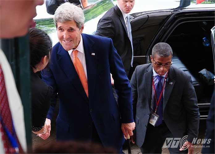 Ngoại trưởng Kerry chống gậy bắt tay với một nhân viên Bộ Ngoại giao