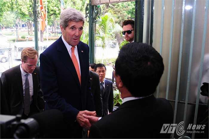 Phó Thủ tướng, Bộ trưởng Ngoại giao Phạm Bình Minh bắt tay đón Ngoại trưởng Kerry