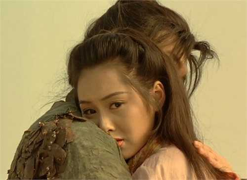 Năm Chu Ân 21 tuổi, cô lần đầu tiên gặp Châu Tinh Trì khi hợp tác trong Học viện Uy Long. Bén duyên nhờ phim ảnh, chuyện tình của Chu Ân và Châu Tinh Trì được xem là chuyện tình đẹp nhất của điện ảnh Hồng Kông thời bấy giờ. Cả hai còn từng tính đến chuyện kết hôn trong sự ủng hộ và ngưỡng mộ của khán giả.
