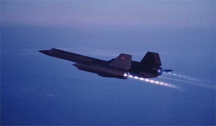 Trong suốt 30 năm hoạt động trên chiến trường, chưa một chiếc Blackbird nào bị bắn hạ. Khi đạt độ cao lớn nhất, phi công điều khiển cần phải mặc quần áo kháng áp