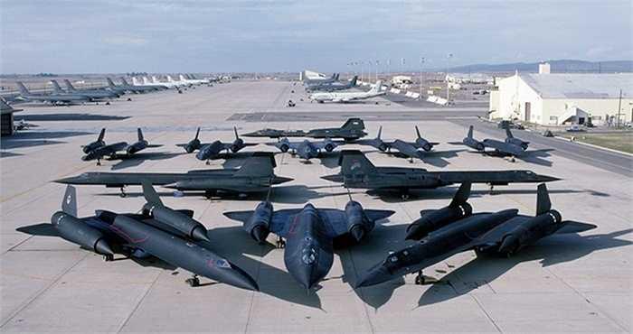 Không quân Mỹ sở hữu 32 chiếc SR 71. Loại máy bay này được ứng dụng công nghệ tàng hình đầu tiên trên thế giới với một lớp sơn đặc biệt được sử dụng để sơn phủ cánh, đuôi và thân máy bay. Loại sơn này có chứa ferrite sắt, hấp thụ năng lượng sóng radar thay vì phản hồi trở lại.