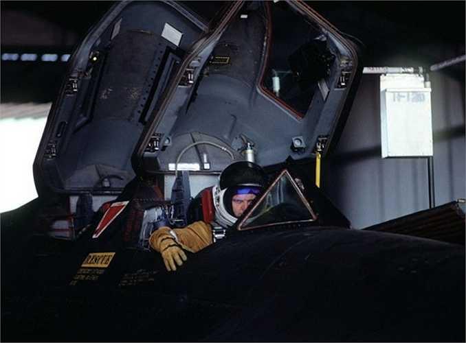 Ngoài ra, tốc độ khủng khiếp của SR 71 cũng là một lý do khác khiến nó có thể vượt qua được tầm sóng radar. SR 71 từng là bá chủ về tốc độ và khả năng hoạt động tầm cao