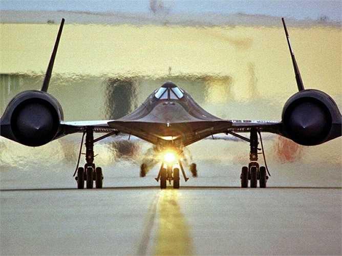 SR-71 thường bỏ xa các loại tên lửa phòng không, đánh chặn. Khi bay, nhiệt tạo ra rất lớn khiến lớp vỏ titanium của SR-71 càng được tôi luyện qua thời gian và trở nên cứng cáp hơn