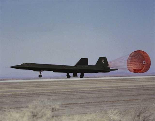 Khi hạ cánh ở tốc độ cao, SR 71 cần phải sử dụng một chiếc dù để giảm tốc độ nhanh chóng