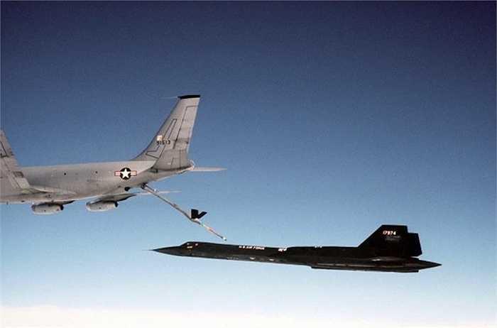 Khả năng nạp nhiên liệu trên không có thể tạo điều kiện cho SR 71 có thể hoạt động liên tục và tham gia được vào các nhiệm vụ dài hơi