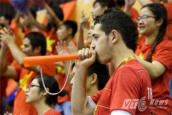 Một fan nước ngoài cổ vũ cho ĐT Việt Nam thời điểm ấy. (Ảnh: Quang Minh)