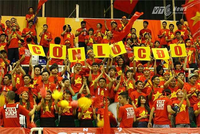 Nhà thi đấu Phú Thọ - TP.HCM khi đó đúng là 'cơn lốc đỏ'. (Ảnh: Quang Minh)