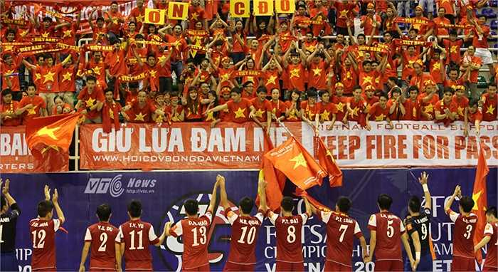 Tuyển futsal Việt Nam chân thành cảm ơn tình cảm của người hâm mộ. (Ảnh: Quang Minh)