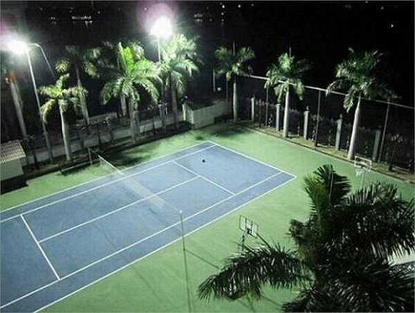 Sân chơi tennis trong nhà phục vụ nhu cầu giải trí và thể thao.