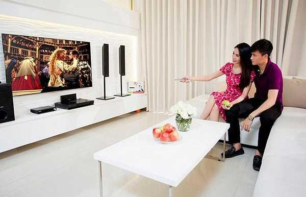 Trong khi đó gia đình của nữ ca sỹ trẻ Thủy Tiên lại mang một phong cách khác hẳn. Thủy Tiên và Công Vinh chọn gu hiện đại với tông màu trắng chủ đạo cho căn nhà riêng.