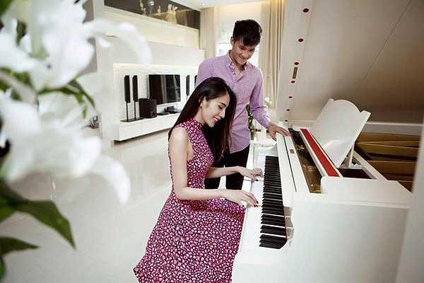 Đôi vợ chồng nổi tiếng chuyển đến nhà mới từ giữa năm 2014. Trong nhà sắp xếp nội thất hiện đại và có tính thẩm mỹ cao. Các đồ gia dụng đắt tiền và không thể thiếu piano dành cho nữ chủ nhân.