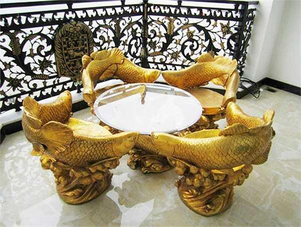 Bộ bàn ghế lạ mắt với hình cá chép được dát vàng thể hiện vẻ quyền quý.