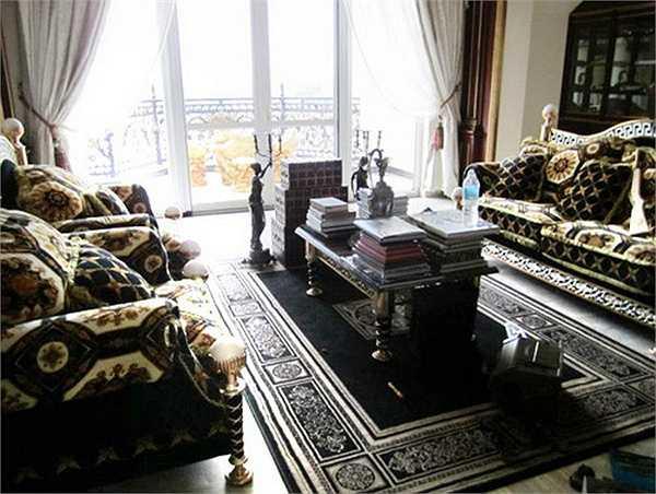 Thảm trải đắt tiền cùng nhiều đồ lưu niệm từ những chuyến đi nước ngoài luôn được nữ chủ nhân chọn lựa và trang trí hợp phong thủy.