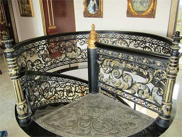 Thiết kế cầu thang tinh tế cầu kỳ. Ở những vị trí trung gian giữa các phòng luôn được bài trí tranh treo tường.