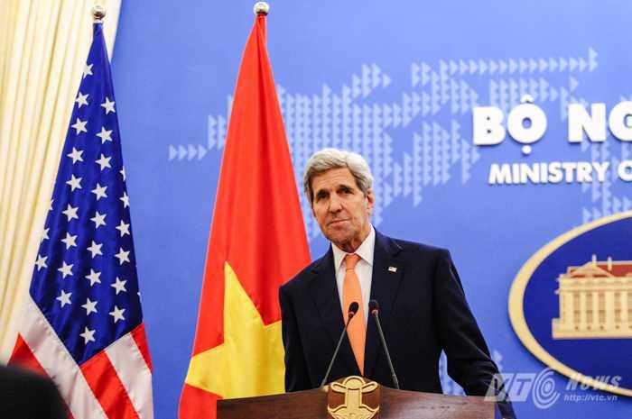 Ông Kerry trả lời báo chí về một số vấn đề trong quan hệ Việt, Mỹ - Ảnh: Tùng Đinh