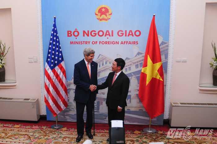 Phó Thủ tướng, Bộ trưởng Ngoại giao Phạm Bình Minh bắt tay Ngoại trưởng Mỹ John Kerry - Ảnh: Tùng Đinh