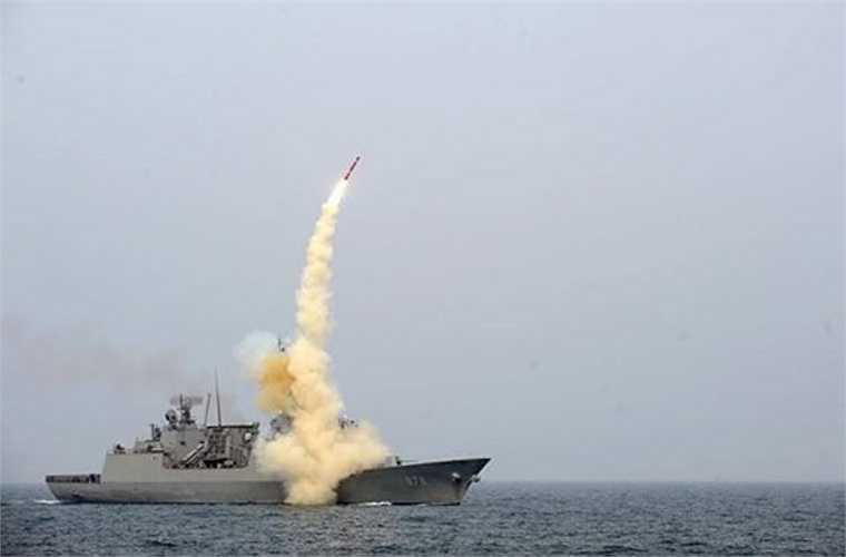Đặc biệt, tàu chiến Hàn Quốc Wang Geon có khả năng diệt mục tiêu nằm sâu trong đất liền với hệ thống tên lửa hành trình Hyunmoo-3 bắn từ bệ phóng đứng K-VLS. Loại tên lửa này đạt tầm phóng 500-1.500km tùy biến thể, tốc độ Mach 1,2, mang đầu đạn 500kg.