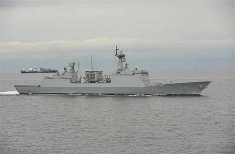 Đặc biệt, tàu chiến Hàn Quốc Wang Geon có khả năng diệt mục tiêu nằm sâu trong đất liền với hệ thống tên lửa hành trình Hyunmoo-3 bắn từ bệ phóng đứng K-VLS. Loại tên lửa này đạt tầm phóng 500-1.500km tùy biến thể, tốc độ Mach 1,2, mang đầu đạn 500kg. Ở đuôi tàu có nhà chứa và sân đáp phục vụ cho 2 trực thăng săn ngầm Super Lynx có thể mang theo các thiết bị trinh sát mặt nước và 2 ngư lôi hoặc 2 bom chìm hoặc 2 tên lửa diệt hạm tầm ngắn. Nguồn: QĐND