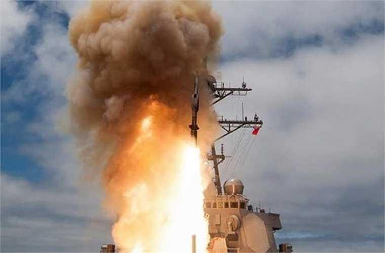 Tàu khu trục Wang Geon (DDH-978) được trang bị những vũ khí hiện đại bậc nhất thế giới cho khả năng tác chiến hiệu quả với mục tiêu trên không, trên biển, và mục tiêu nằm sâu trong đất liền. Theo đó, trong tác chiến đối không, con tàu được trang bị tên lửa phòng không tầm cao SM-2 Block IIIA (32 đạn tên lửa chứa trong bệ phóng đứng Mk41) đạt tầm phóng 74-167km, độ cao hạ mục tiêu 24,4km, dùng hệ dẫn kết hợp quán tính và radar bán chủ động.