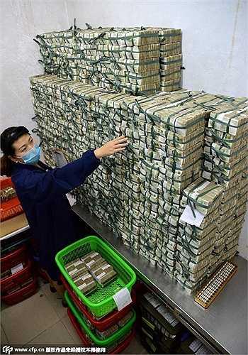 Các tờ tiền được phân loại, kiểm đếm xong sẽ đóng thành cọc và đặt trong phòng riêng để chuyển tới kho quỹ