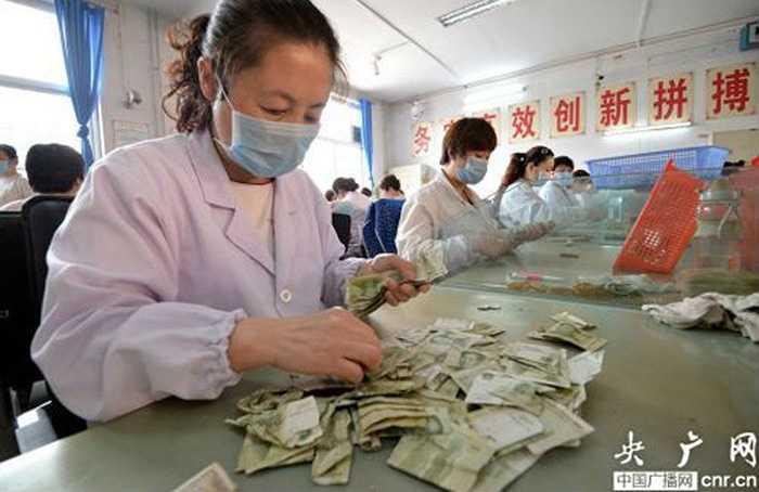 Các nhân viên sẽ phân loại từng mệnh giá tiền. Các tờ tiền bị rách, cũ cũng sẽ được để riêng