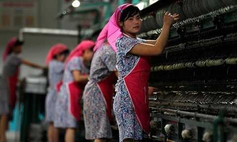 Công nhân làm việc trong khu công nghiệp ở Triều Tiên