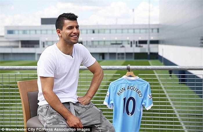 Cũng trong ngày khai mạc Premier League năm nay, một ngôi sao khác là Aguero cũng quyết định đổi số áo