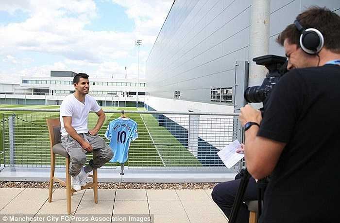 Tiền đạo người Argentina tỏ ra cực kỳ hứng thú với chiếc áo số 10. Trước đó, anh cũng từng khoác áo số 10 tại Atletico