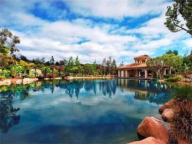 Biệt thự triệu đô này đang được rao bán với giá 10,99 triệu USD, gồm có 9 phòng ngủ, 2 phòng tắm và một khu sân tiểu cảnh tuyệt đẹp.