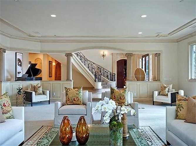 Cầu thang lên phòng khách được trang hoàng lộng lẫy và sang trọng.