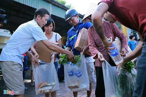 Sau đợt mưa lũ lịch sử tàn phá nặng nề tại Quảng Ninh những ngày cuối tháng 7, các hộ gia đình bị thiệt hại thuộc khu dân cư số 4 phường Mông Dương (Cẩm Phả) liên tục nhận được hàng cứu trợ của các đoàn thể có lòng hảo tâm trên cả nước gửi về.