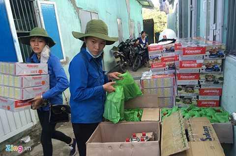 Theo danh sách ghi nhận của địa phương, có hơn 50 đoàn thể cá nhân đã liên hệ trực tiếp với phường Mông Dương để trao tặng hàng cứu trợ đến tận tay người dân. Trong đó, một số đơn vị xuống trao quà trực tiếp, không thông qua chính quyền.