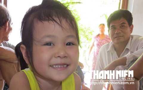 Cháu Huỳnh Kim Ngọc Thảo vui cười bên gia đình - Ảnh: Đức Huy