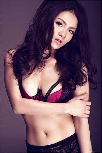 Thủy Top là một trong những hot girl Việt đình đám thời đầu sở hữu khuôn ngực nở nang quyến rũ