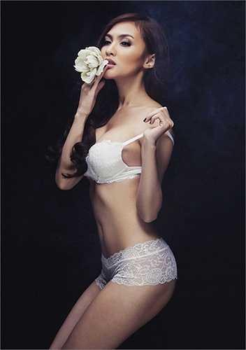 Kelly Nguyễn quyến rũ với nội y trắng
