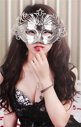Hot girl Linh Miu tên thật là Vũ Mỹ Linh sinh năm 1993 luôn biết khai thác vẻ đẹp vòng 1 trong mọi hoàn cảnh