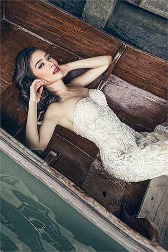 Trong bộ ảnh thời trang cưới mới có tên 'Mùa yêu' thực hiện tại xứ sở chùa vàng, Hồ Vĩnh Anh có dịp tái ngộ với nữ MC xinh đẹp người Thái Bruna Silva.