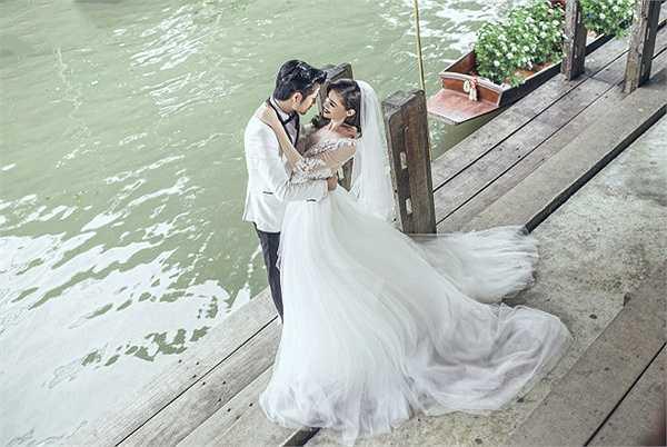 Quen biết nhau đã lâu, đây là lần đầu tiên, cả hai có những cử chỉ thân mật, thậm chí suýt chạm môi