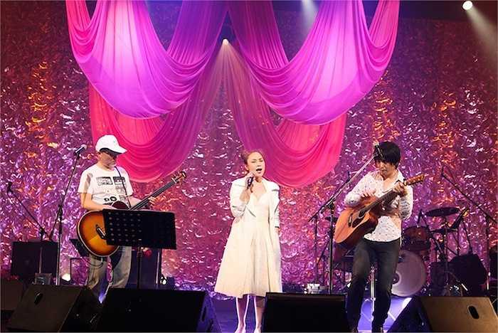 Trước sự quan tâm đặc biệt của khán giả trong nước về concert đầu tiên tại Nhật cùng nghệ sỹ guitar nổi tiếng nước này là Oshio Kotaro mang tên Dreaming together in Osaka, Mỹ Tâm đã giới thiệu bộ phim tư liệu cả chuyến đi này của cô vào tháng 4 năm nay.