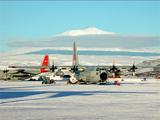 Sân bay Sea Ice ở Nam Cực là một trong những sân bay đáng sợ nhất thế giới khi máy bay hạ cánh thẳng trên một lớp băng giá. Lớp băng này có vỡ bất cứ lúc nào và khi nhiệt độ lên cao, băng tan thì sẽ không có chỗ để hạ cánh