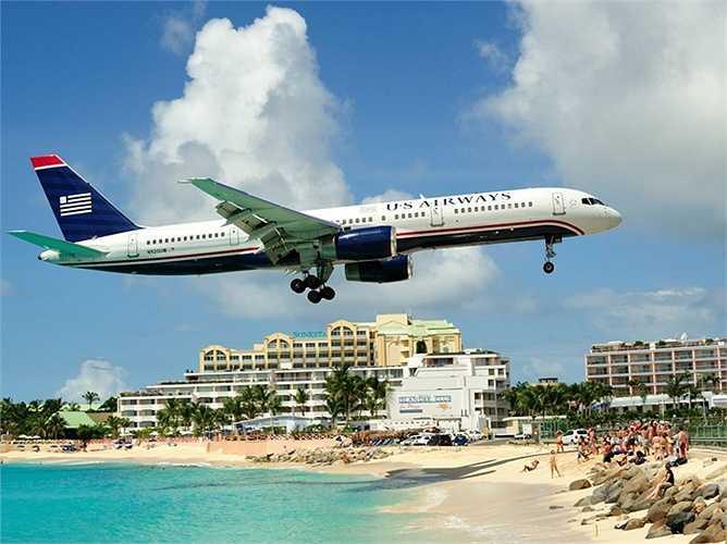 Sân bay quốc tế Princess Juliana ở St. Maarten, Hà Lan là một địa điểm đáng sợ dành cho hành khách máy bay và người tắm biển khi đường băng của sân bay quá gần bãi biển khiến cho các máy bay luôn bay rất thấp, ngay trên đầu người tắm biển