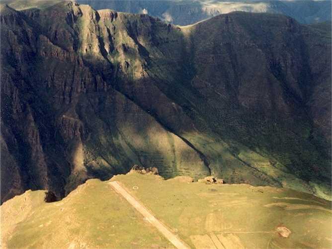 Sân bay Matekane Air Strip ở Lesotho, Châu Phi chỉ có chiều dài đường băng là hơn 500m và đặc biệt hơn là kết thúc đường băng dẫn tới vực sâu. Các phi công sẽ phải thực hiện cú lượn  để cất cánh an toàn