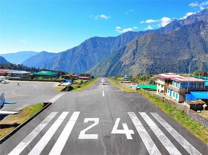 Sân bay Tenzing-Hillary ở Luka, Nepal ở độ cao không quá 'khủng' so với mực nước biển: hơn 1000m nhưng lại có sườn đồi dốc nhất khiến cho các máy bay rất khó khăn trong việc cất cánh